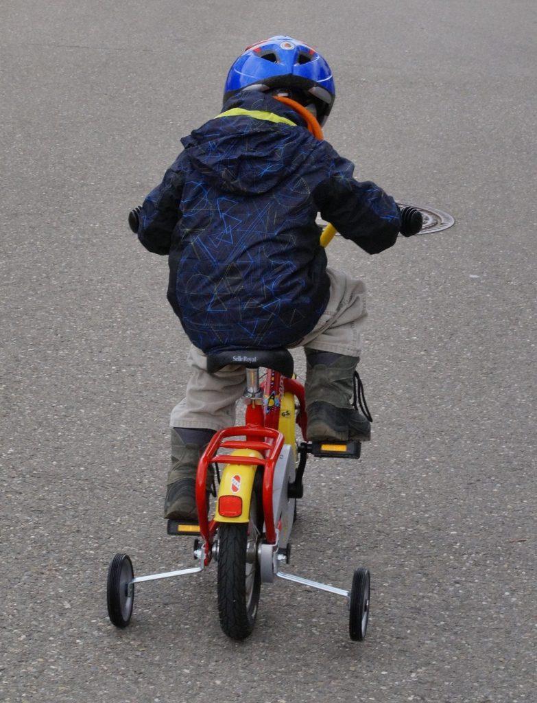 Dětský kolo s pomocnými kolečky