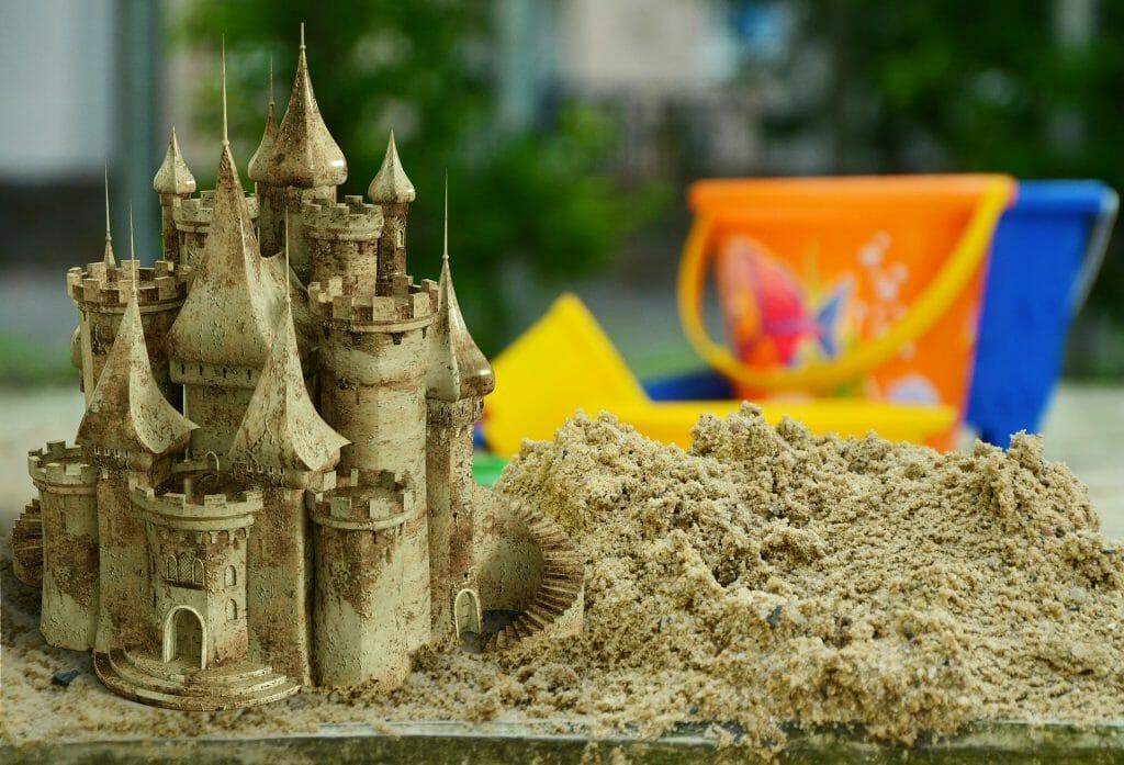 Hry s pískem stavění hradu