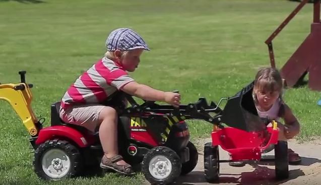 Šlapací traktor pro děti