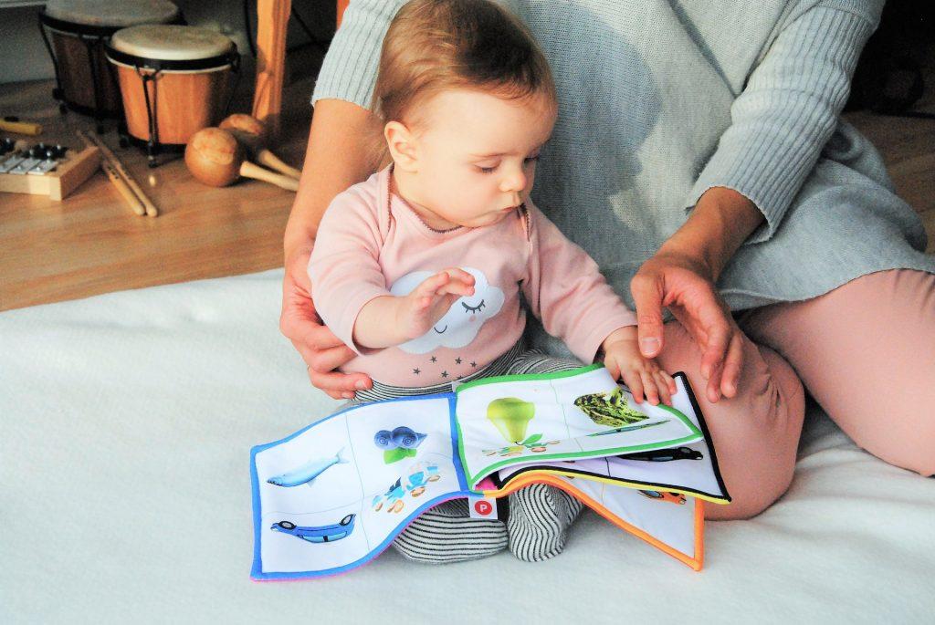 Látkové knížky ideální hračky pro rozvoj jemné motoriky