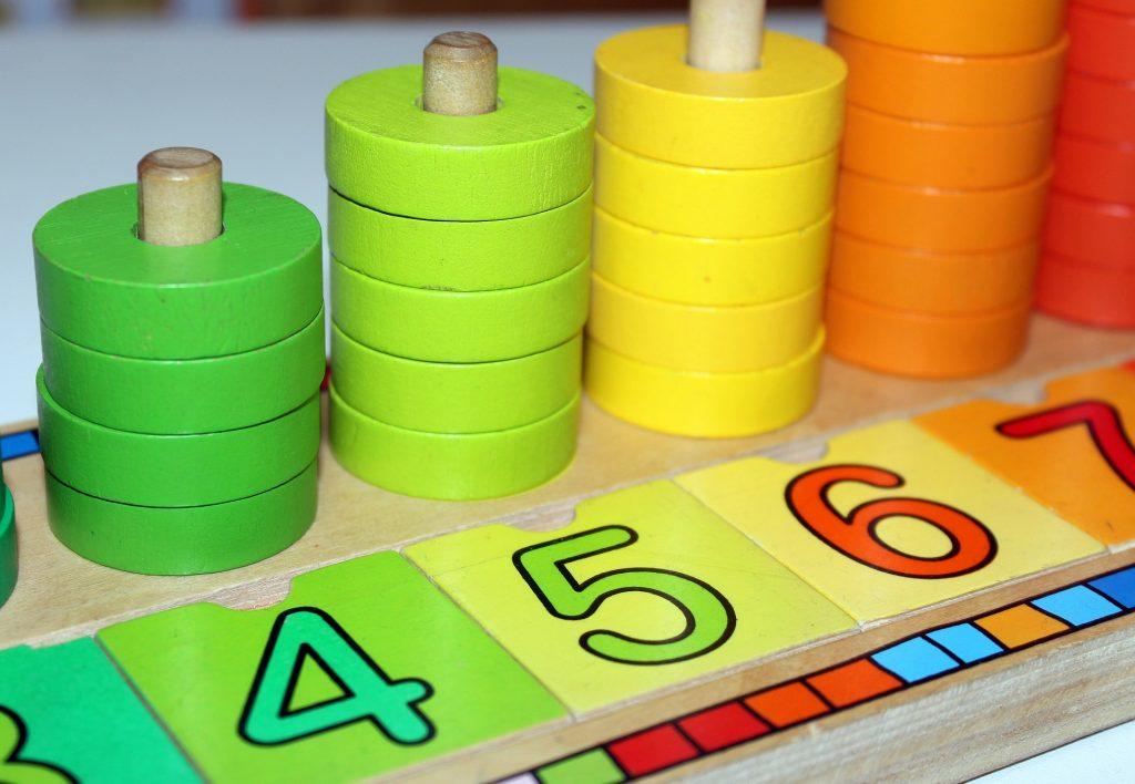 Třídění tvarů-hračky pro rozvoj jemné motoriky