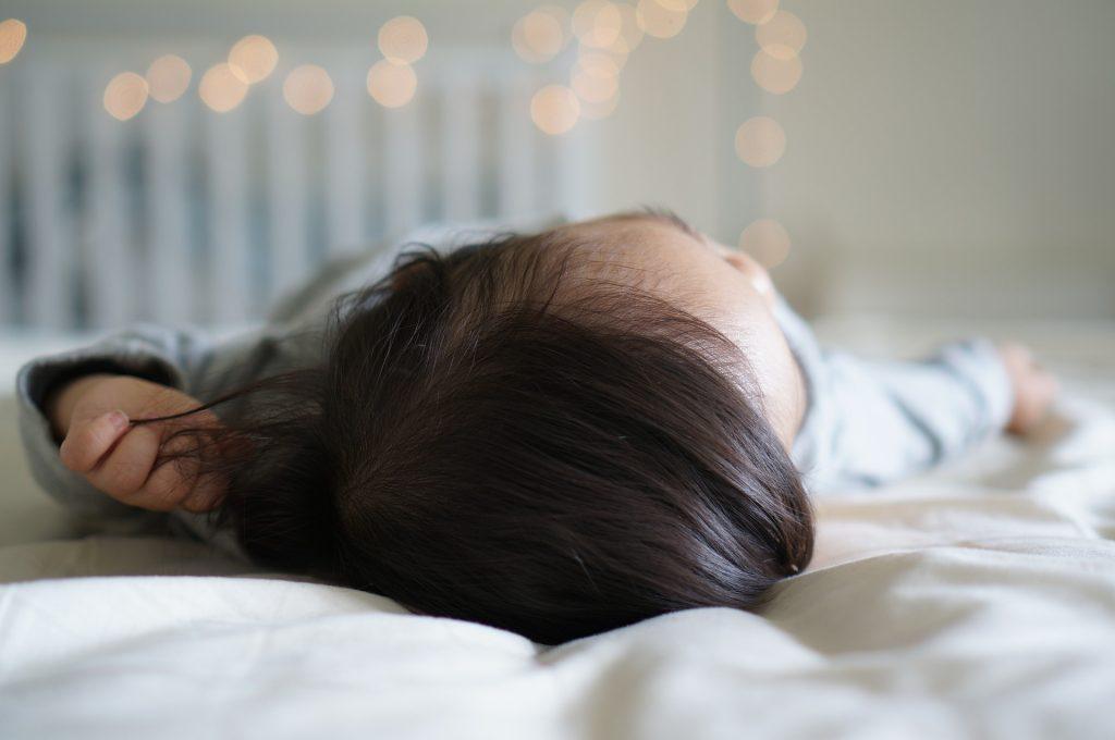Co koupit pro novorozence na spaní