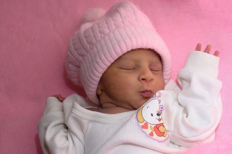 Co obléci novorozenci v zimě doma